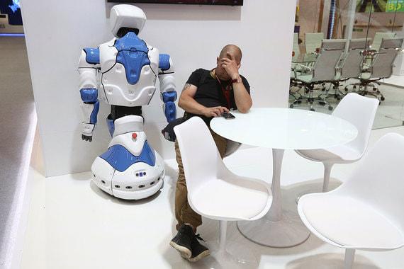 Робот и уставший мужчина на стенде «Уралкалия» и «Уралхима»