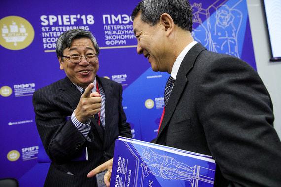 Проректор Университета им. Эдит Коуэн (ECU) Вей Ванг и председатель  секретариата (Китай) Российско-китайской ассоциации медицинских  университетов, президент Харбинского медицинского университета Ян Баофэн  (слева направо) во время сессии «Векторы медицины будущего: кто будет  лечить человека через 30 лет»