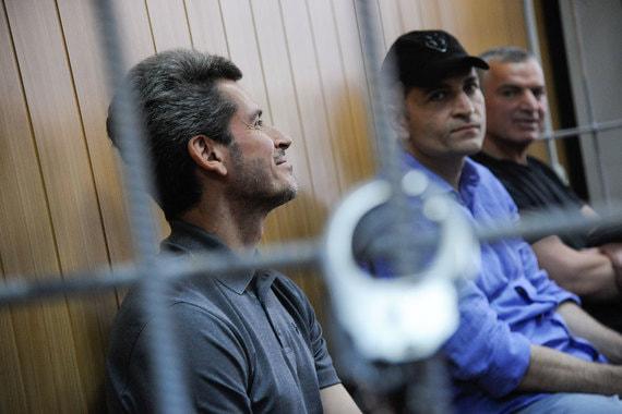 Зиявудин Магомедов и его брат Магомед (в синей рубашке) в суде 28 мая. Журнал Forbes оценивает состояние Зиявудина Магомедова в $1,2 млрд