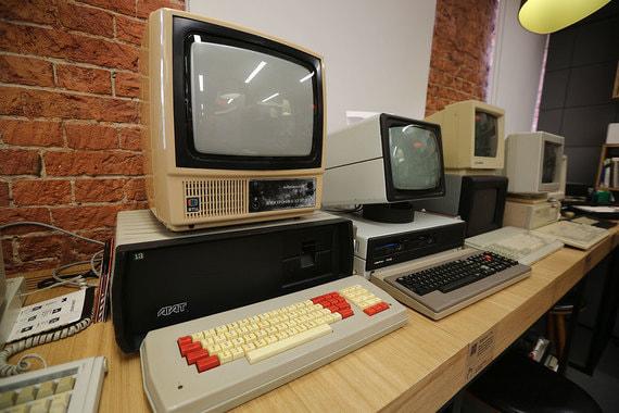 Слева – советский компьютер «Агат 7/9». Разработан в НИИ вычислительной техники в Москве, был почти полным клоном компьютера Apple II за исключением дизайна
