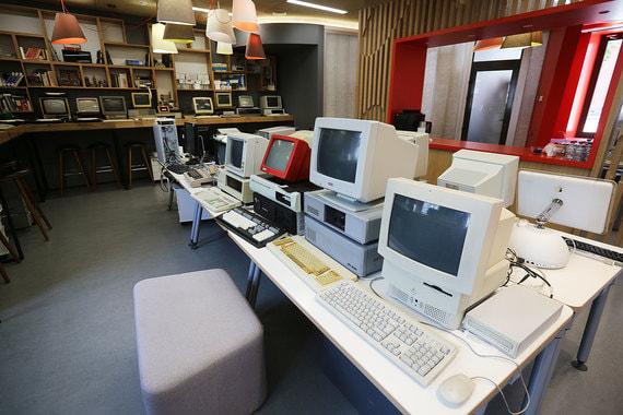 Всего в музее около 30 компьютеров. В правом нижнем углу – Macintosh серии LC. LC – последняя серия компьютеров Macintosh, созданная Apple перед вторым приходом в компанию Стива Джобса: он был фактически изгнан из компании в 1985 г., а вернулся в 1997-м