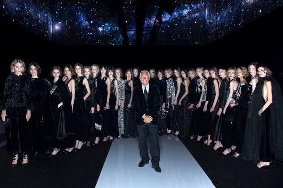 В пространстве Tesla 4000 состоялся показ осенне-зимних мужской и женской коллекций Giorgio Armani, который Джорджио Армани контролировал лично. «Россия – это очень важный рынок для меня, и я думаю, что такое мероприятие, которое приближает меня к людям, сделает связи еще крепче. Моя мода и мой стиль – это и есть моя жизнь: приехать сюда и рассказать мою историю – это самый красивый и искренний жест, который я могу сделать для тех, кто прислушивается ко мне», – откровенничал классик моды в интервью «Ведомостям»