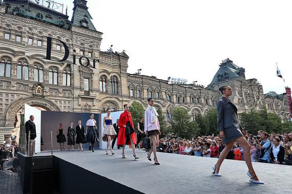 Шоу, сопоставимое с теперешним, прошло в Москве в июле 2013 г. Тогда дом Dior показал осенне-зимнюю коллекцию 2013/14 г., для чего на Красной площади был сооружен зеркальный павильон. Тот показ – так же, как и нынешний Chanel, – был повторным (первый раз коллекция увидела свет на неделе моды в Париже несколькими месяцами ранее) и был приурочен к 120-летитю ГУМа