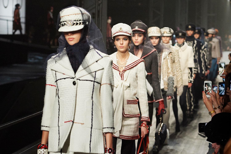 Как показ Chanel отражает место России в мире моды – ВЕДОМОСТИ 4bc42667102