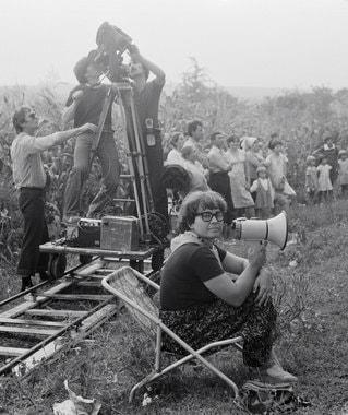 Умерла Кира Муратова – одна из самых известных и успешных советских и украинских режиссеров и сценаристов, лауреат многочисленных российских и международных фестивалей и премий. На фото – Муратова на съемках фильма «Перемена участи», 1985 г.