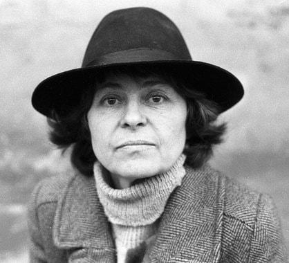Кира Муратова родилась в Румынии в 1934 г. В 1959 г. окончила режиссерский факультет ВГИКа (мастерская Сергея Герасимова и Тамары Макаровой). В 1961 г. стала режиссером на Одесской киностудии, затем работала на «Ленфильме». На фото: 1988 г.