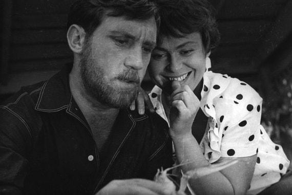 Как сценарист и режиссер Муратова дебютировала в 1962 г., совместно со своим будущим мужем Александром Муратовым. Первым ее самостоятельным фильмом стали «Короткие встречи» (1967 г.) (на фото кадр из фильма)