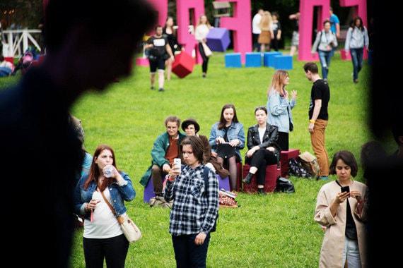 Bosco Fresh Fest опять меняет площадку, в этом году он пройдет в школе управления «Сколково». 10 и 11 июня здесь будет звучать независимая музыка разных стилистических оттенков — от рэпа до электроники. Кроме музыки в программе фестиваля лекции по истории кино, уроки по искусству