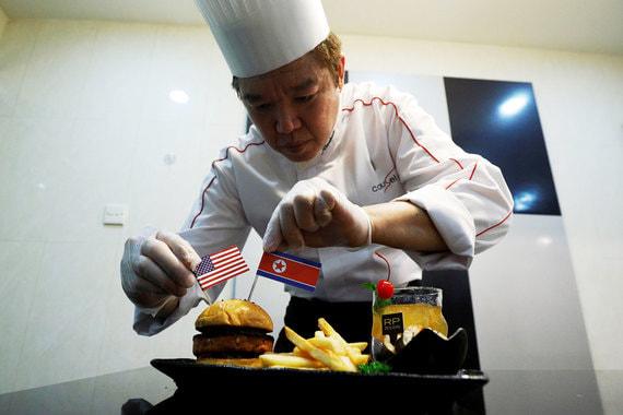 Бургер «Трамп-Ким», тако «Человек-Ракета» и чай со льдом «Саммит» подают в одном из отелей Сингапура. На подносе традиционные корейские рисовые клецки токк и картофель фри. Чай со льдом готовится с добавлением юджачха — корейского чая из цитрусовых, настоянных в меду