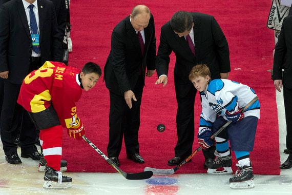 В Тяньцзине Путин и Си Цзиньпин посетили товарищеский матч по хоккею между юношескими сборными России и Китая