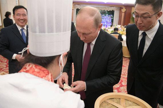 Во время торжественного приема в Доме приемов правительства Тяньцзиня Путину показали, как приготовить традиционное тяньцзиньское блюдо гоубули, похожее на пельмени. Они готовятся на пару из кислого теста