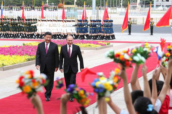 Путин прилетел в Китай для переговоров  с председателем Си Цзиньпином и участия в саммите Шанхайской организации сотрудничества. Встреча с Си Цзиньпином началась с песни «Катюша», которую исполнил китайский  военный оркестр