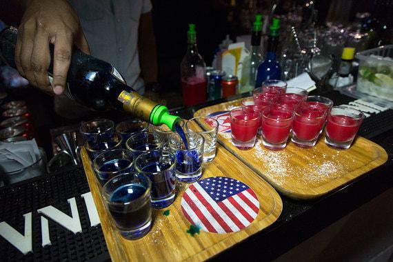 Коктейли «Трамп» (напиток голубого цвета на основе бурбона) и «Ким» (напиток красного цвета с соджу)