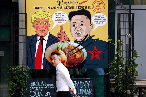 В Сингапуре местные бары, кафе и рестораны готовятся к встрече президента США Дональда Трампа и лидера КНДР Ким Чен Ына. Предприимчивые рестораторы используют исторический саммит для привлечения туристов. На улицах города-государства появились рекламные плакаты с карикатурой