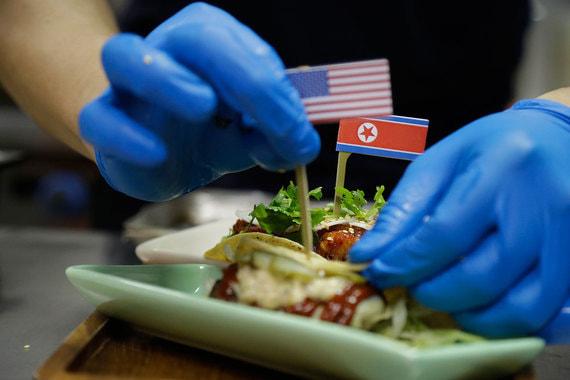 Нередко блюда в кафе украшают флагами США и КНДР. На фото тако El Gringo и El Hombre Cohete. El Gringo в переводе с испанского языка - «иностранец, англоговорящий выходец из другой страны», El Hombre Cohete - «Человек-ракета»