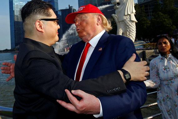 Встреча двойников Дональда Трампа и Ким Чен Ына в Merlion Park в Сингапуре