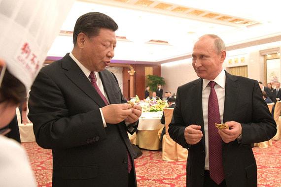 Вместе с  Си Цзиньпином Путин также попробовал одно из из наиболее популярных китайских блюд – блины, фаршированные мясом и овощами