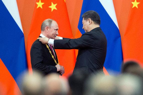 Си Цзиньпин вручил Путину высшую госнаграду Китая — орден Дружбы КНР. Российский президент стал первым иностранным лидером, удостоенным этой высокой китайской госнаграды