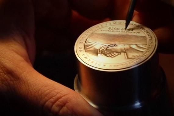 Монетный двор Сингапура собирается к саммиту выпустить в продажу памятные монеты из золота и серебра. Власти города-государства рассчитывают выручить на их продаже более $5 млн. Стоимость золотой монеты составит около $1000, серебряной - $100