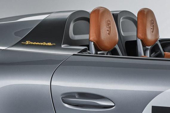 У 911 Speedster Concept нет навигационной, аудиосистемы и кондиционера. Каркасы сидений сделаны из карбона и обтянуты светло-коричневой анилиновой кожей