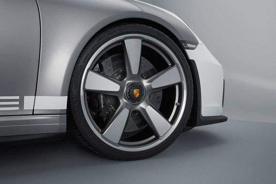 21-дюймовые колесные диски крепятся к ступицам центральной гайкой