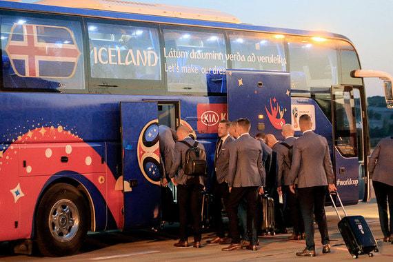Девиз сборной Исландии на ЧМ-2018. «Давайте осуществим нашу мечту» (Látum drauminn verða að veruleika). Он написан на автобусе команды