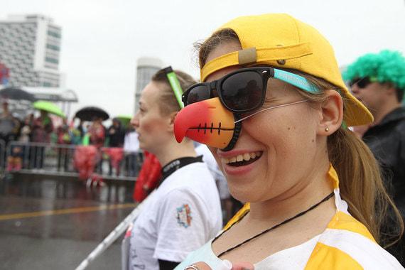 Возле дворца спорта «Мегаспорт» в Москве прошел красочный забег. Участники пробежали 5 км по Ходынскому бульвару и прилегающим улицам. По данным Гидрометцентра России, температура не поднималась выше 10 градусов тепла.