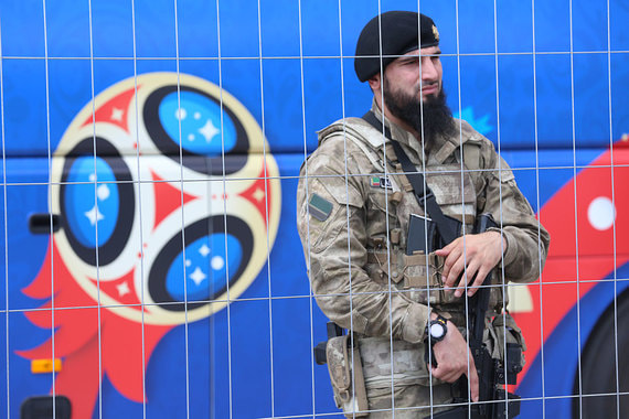 Прибытие сборной Египта прокомментировал в своем Telegram-канале глава Чечни Рамазан Кадыров: «Грозный радушно и торжественно встретил гостей. На всем пути следования  на огромных щитах – слова приветствия». На фото – охрана аэропорта в Грозном