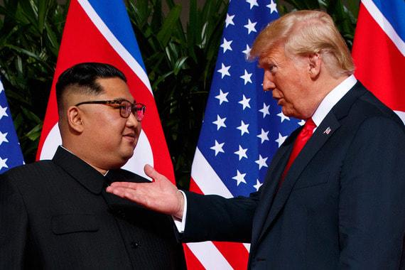 Президент США несколько раз похлопал Ким Чен Ына по плечу