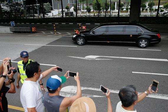 12 июня в Сингапуре состоялась историческая встреча президента США Дональда Трампа  с лидером КНДР Ким Чен Ыном. На фото кортеж Ким Чен Ына подъезжает к отелю Capella на острове Сентос, где состоялась встреча двух лидеров