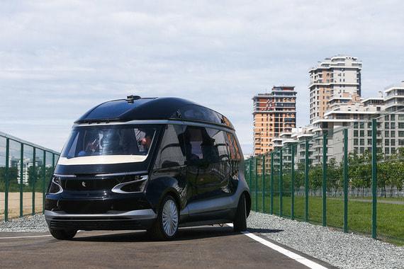 12 июня автоконцерн «Камаз» показал беспилотный электробус ШАТЛ (Широко адаптивная транспортная логистика) «КамАЗ-1221». Беспилотное транспортное средство разработано совместно с НАМИ