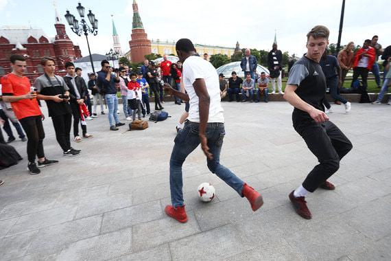 Игра в футбол на Манежной площади