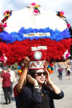 Девушка в шляпе в цветах российского флага