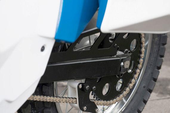 Мотоцикл оснащен бесщеточным двигателем постоянного тока мощностью 15 кВт, который приводит заднее колесо без коробки передач