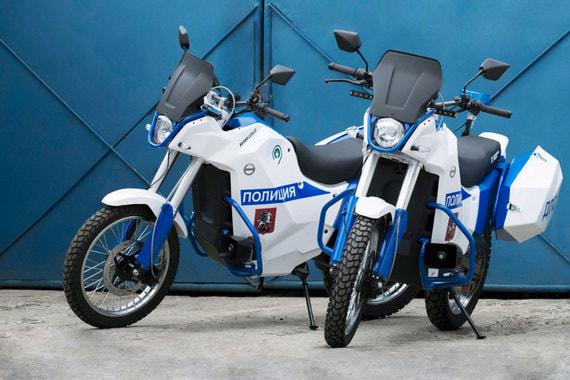 Электрический мотоцикл был показан «Калашниковым» в августе 2017 г. на выставке «Армия-2017». Сообщалось, что столичная полиция получит первую партия электромотоциклов в том же месяце, а МВД собирается начать полномасштабное тестирование