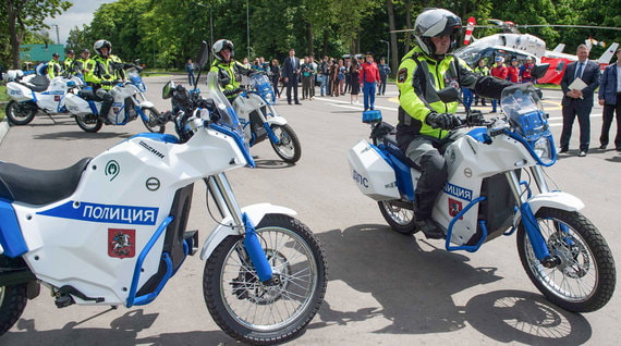 Московская полиция получила для патрулирования города 30 электрических мотоциклов «Иж Пульсар» и 4 электромобиля «Овум». Техника изготовлена о заказу департамента транспорта Москвы концерном «Калашников»