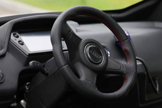 Автомобиль может теоретически разгоняться до 80 км/ч, но скорость ограничена 30 км/ч сообщает производитель (50 км/ч по данным столичной мэрии)