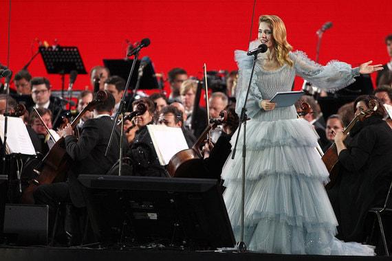 Ведущей концерта была основатель Фонда «Обнаженные сердца», модель Наталья Водянова