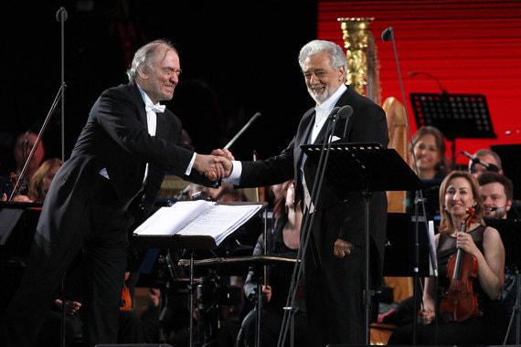 Испанский оперный певец Пласидо Доминго (на фото справа)