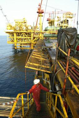 Ангола в прошлом году добывала 1,63 млн баррелей в сутки по версии ОПЕК и 1,67 млн - по данным BP. Экспорт составлял 1,58 млн баррелей в сутки