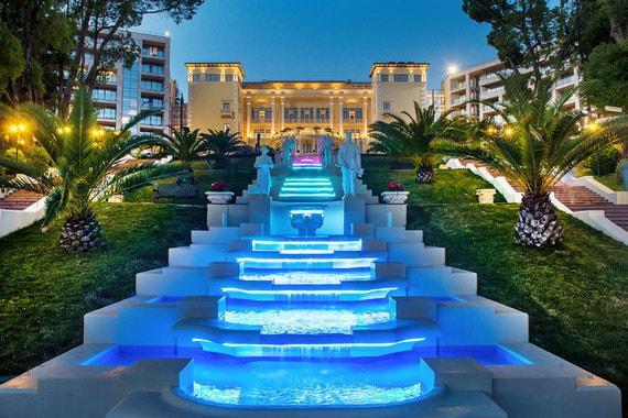 В категории пляжных курортов класса люкс победил Swissôtel Resort Kamelia в Сочи, сохранивший после перехода под бренд Swissotel историческое название, исторический главный корпус и оригинальный ландшафтный дизайн с каскадом водопадов