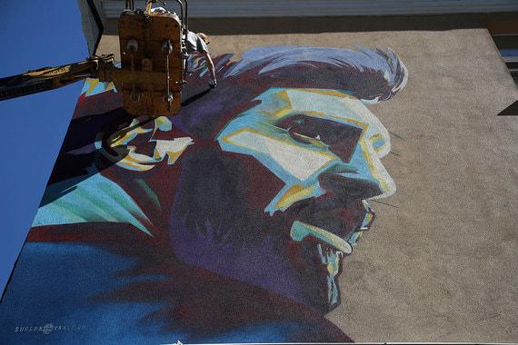 Граффити с изображением нападающего сборной Аргентины по футболу Лионеля  Месси на стене дома в Казани