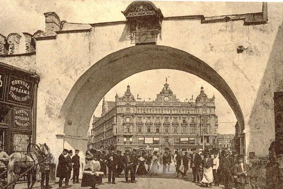 Начало 1900-х гг. Вид на Лубянскую площадь через Владимирские проломные ворота с Никольской. Ворота были построены в одно время с Китайгородской стеной в 1534—1538 гг., а снесены – в 1934 г.