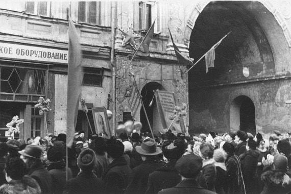 Демонстрация 7 ноября 1956 г. в годовщинуВеликой октябрьской социалистической революции