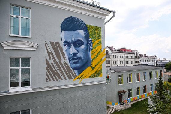 Граффити с изображением игрока сборной Бразилии по футболу Неймара на фасаде школы № 1 напротив отеля «Мираж», где разместятся футболисты перед матчем 1/4 финала ЧМ