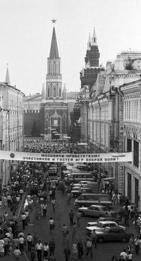 В 1935—1990 гг. Никольская носила название улица 25-го октября. На фото: на улице 25-го октября встречают участников и гостей Игр доброй воли в 1986 г. Игры появились в ответ на бойкоты Олимпиады: в 1980 г. США бойкотировали Олимпиаду в Москве, а в 1984 г. СССР – игры в Лос-Анджелесе