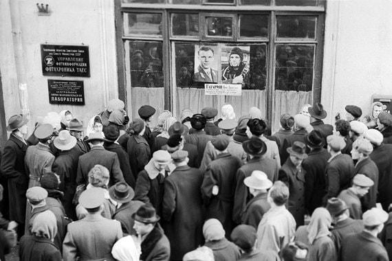 Улица 25-го октября. 1961 г. Жители Москвысобрались перед входом в редакцию «Фотохроника ТАСС», которая освещала первый полет в космос Юрия Гагарина