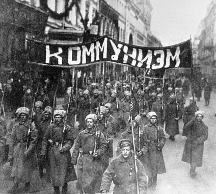 Ноябрь 1917 г. Колонна солдат идет с транспарантом по Никольской улице