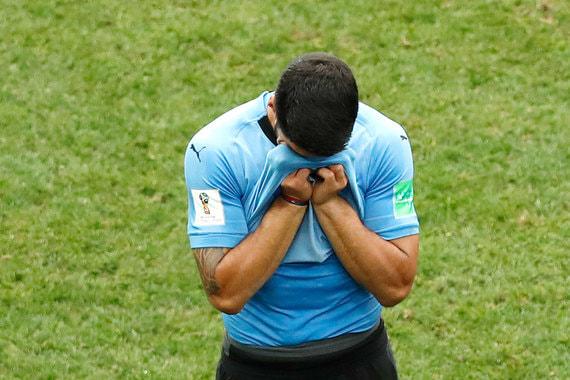 Нападающий Уругвая Луис Суарес расстроен. Его сборная покидает турнир после поражения в четвертьфинале от французов