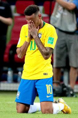 Бразилец Неймар не может поверить, что его сборная едет домой уже после четвертьфинала